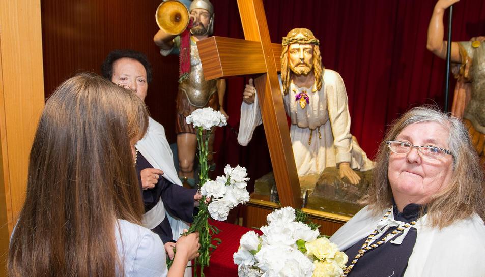Ofrenda en el Crist de la Primera Caiguda