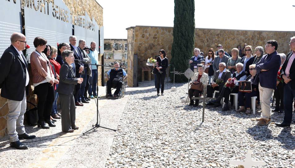 Ofrena floral al cementiri de Tarragona en homenatge a les víctimes de la repressió franquista.