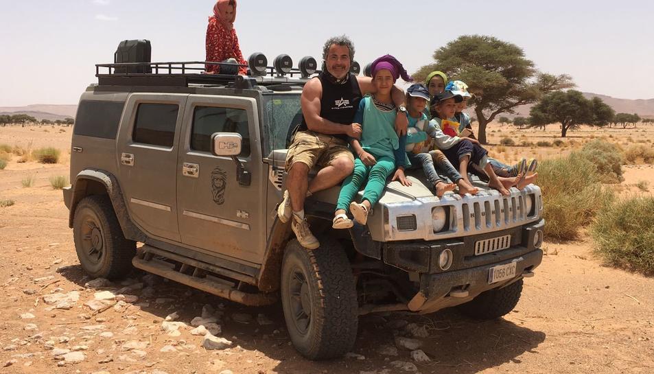 Fernando Gutiérrez, amb un grup de nens que viuen al desert en una situació precària.
