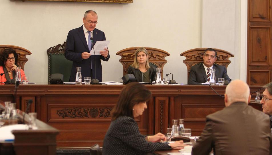 L'alcalde Carles Pellicer amb Noemí Llauradó (ERC) i Jordi Cervera (Ara Reus) durant un ple.