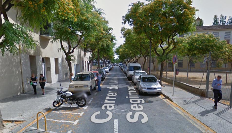 El turisme estava estacionat davant el número 14 del carrer de l'Alcalde Segimon.