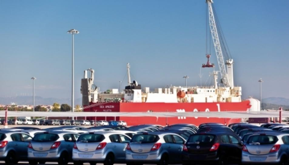 Cotxes aparcats a la terminal de vehicles del Port de Tarragona.