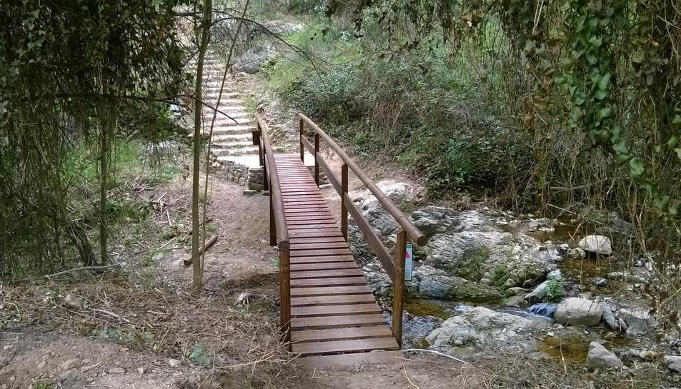 Passera de fusta al Gaià, similar a la que es posarà al pont de Santa Tecla, a Tarragona.