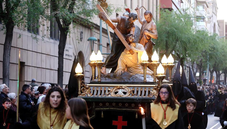 El Viacrucis dels Natzarens va sortir de l'església de Sant Francesc i va discórrer per carrers de la Part Alta de Tarragona.