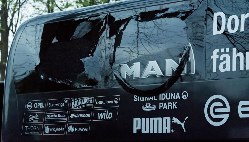 Així ha quedat l'autocar després de l'explosió.