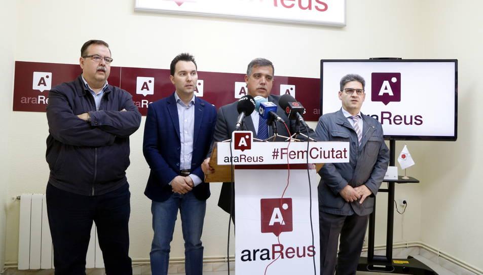 Els dos regidors d'Ara Reus, Daniel Rubio i Jordi Cervera (al centre), amb dos responsables de formació a la seu del partit.