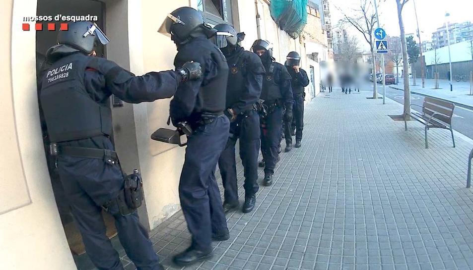 Els Mossos d'Esquadra al carrer abans d'entrar en un dels registres domiciliaris.