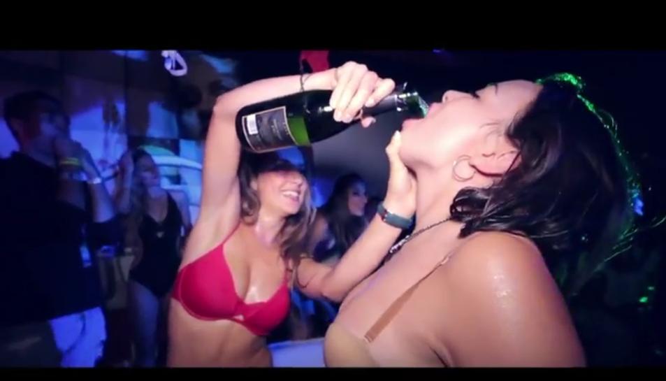 Dues noies beuen en una de les festes de les vacances.