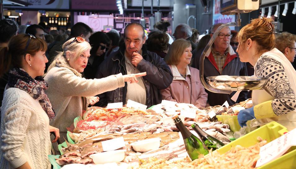 Imatge d'algunes peixateries del Mercat Central el dia de la seva inauguració.