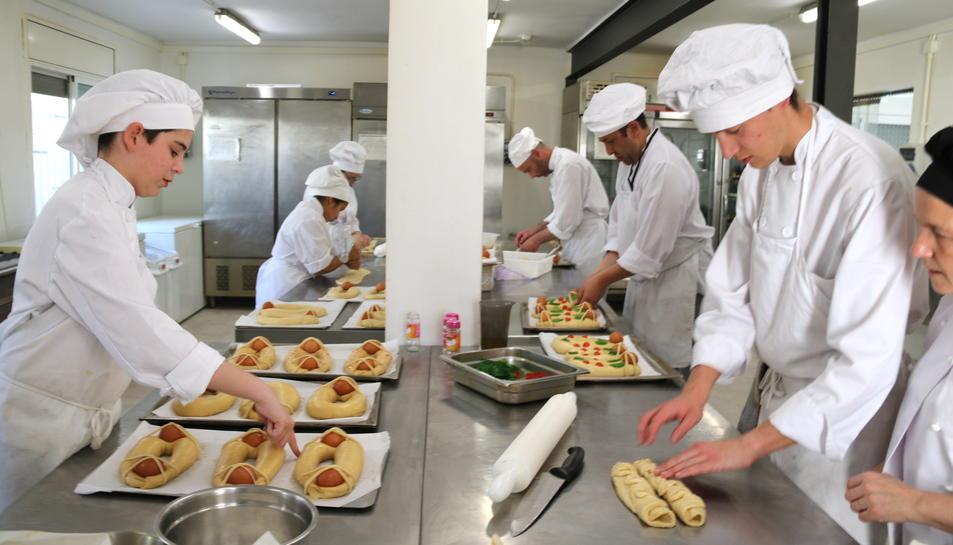 Pla general de l'IObrador de l'Escola d'Hoteleria de les Terres de l'Ebre amb els alumnes i professors elaborant mones tradicionals de rosca i ous durs. Imatge del 6 d'abril de 2017 (horitzontal)