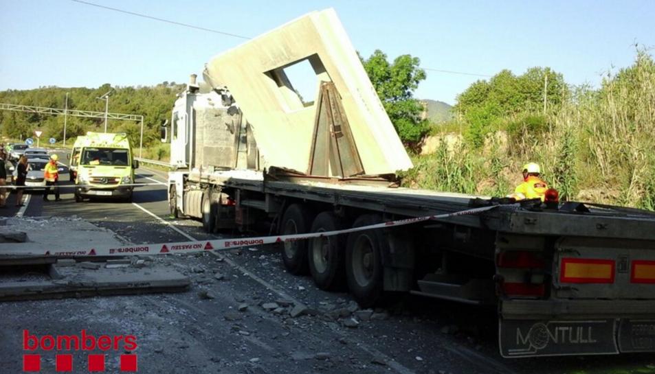 El camió s'ha accidentat i una de les peces de formigó que transportava ha caigut sobre un vehicle tot ferint a un ocupant.