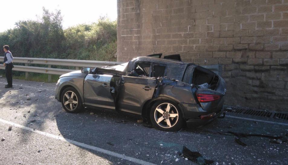 Imatge de l'estat en el qual ha quedat el vehicle al qual li ha caigut al damunt la peça de formigó.