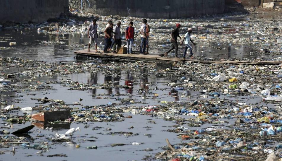 Els 'slums' són barris pobres i superpoblats de l'Índia on les condicions de vida són molt deficients.