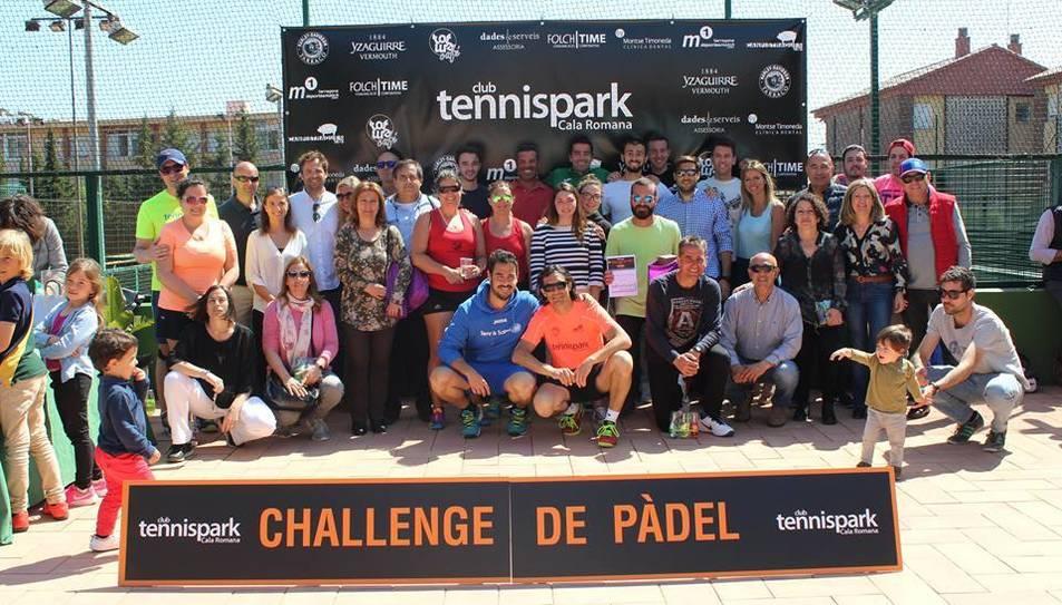 Fotografia de família a la festa d'aquest diumenge, amb els guanyadors per categories de l'Open Dades i Serveis del Challenge de Pàdel TennisPark.