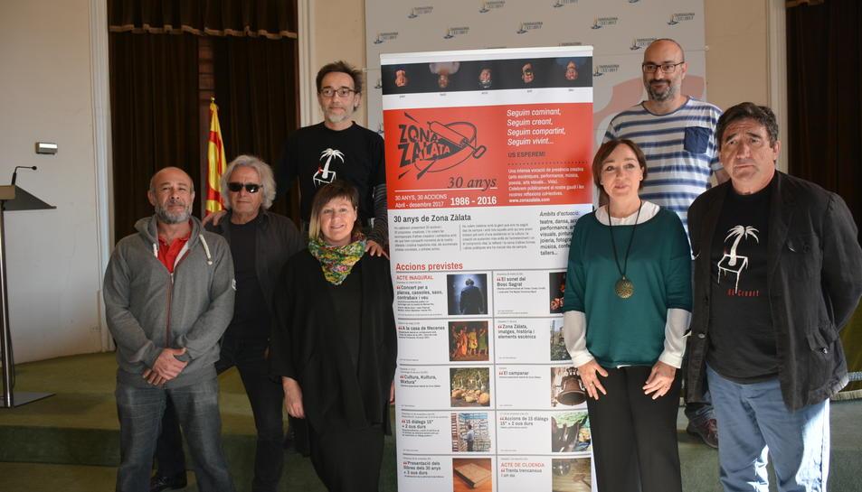 Integrants del col·lectiu Zona Zàlata amb la conseller i primer tinent d'alcalde, Begoña Floria.