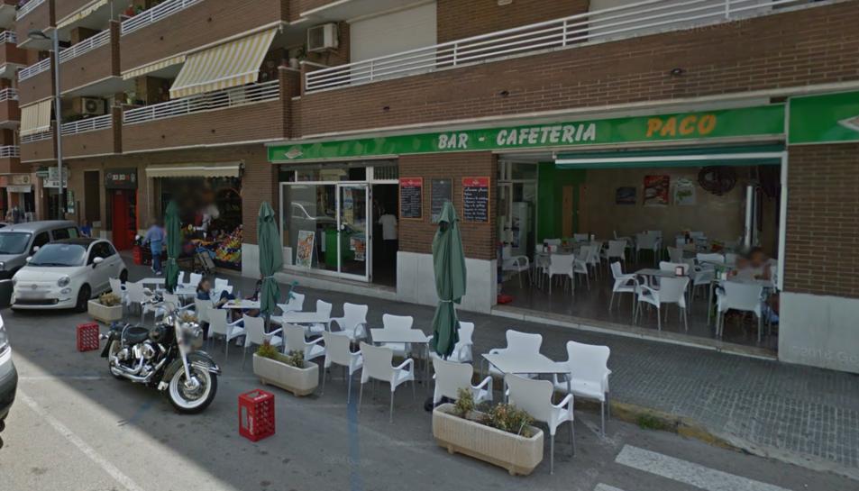 El cotxe s'ha endut la terrassa del bar-cafeteria Paco, del carrer de Pere Badia.