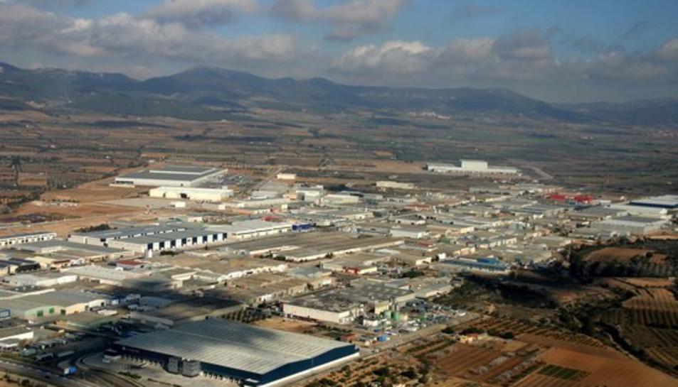 Imatge aèria del polígon industrial de Valls i de muntanyes al fons, en una imatge publicada el 14 de febrer del 2017.