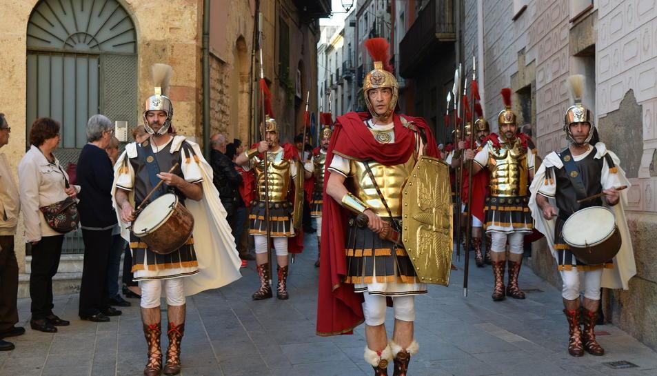 La Guàrdia d'Honor dels Armats de la Sang passant pel carrer de la Nau.