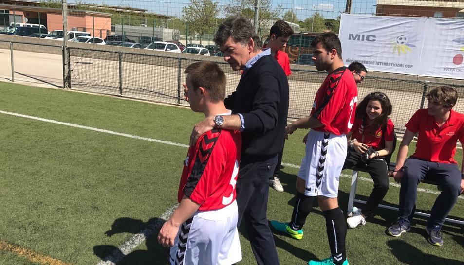 El president del Nàstic, amb un jugador.