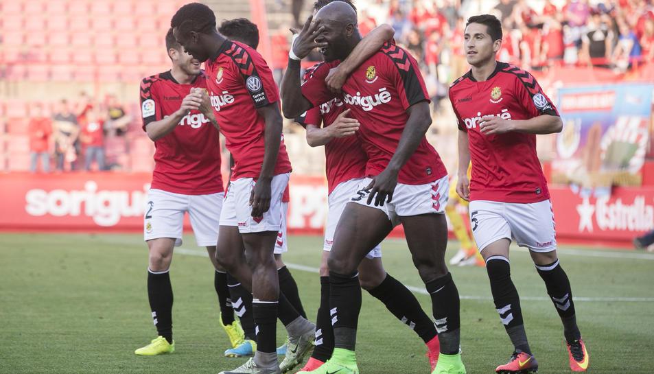 Achille Emaná celebra amb els seus companys el quart gol del Nàstic, que va acabar de rematar al Mirandés.