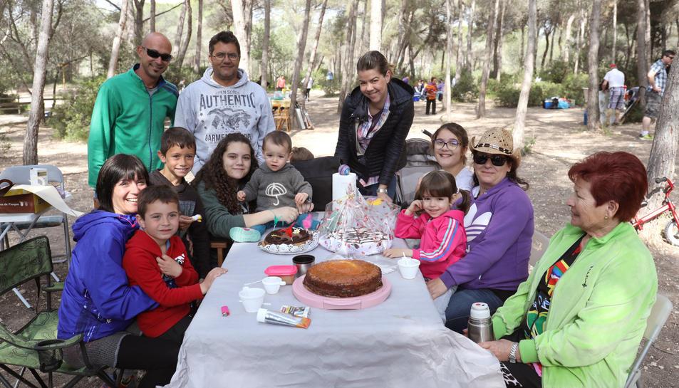 Famílies senceres van aplegar-se al parc del Francolí i al Pont del Diable per gaudir del bon temps i d'un dinar a l'aire lliure.