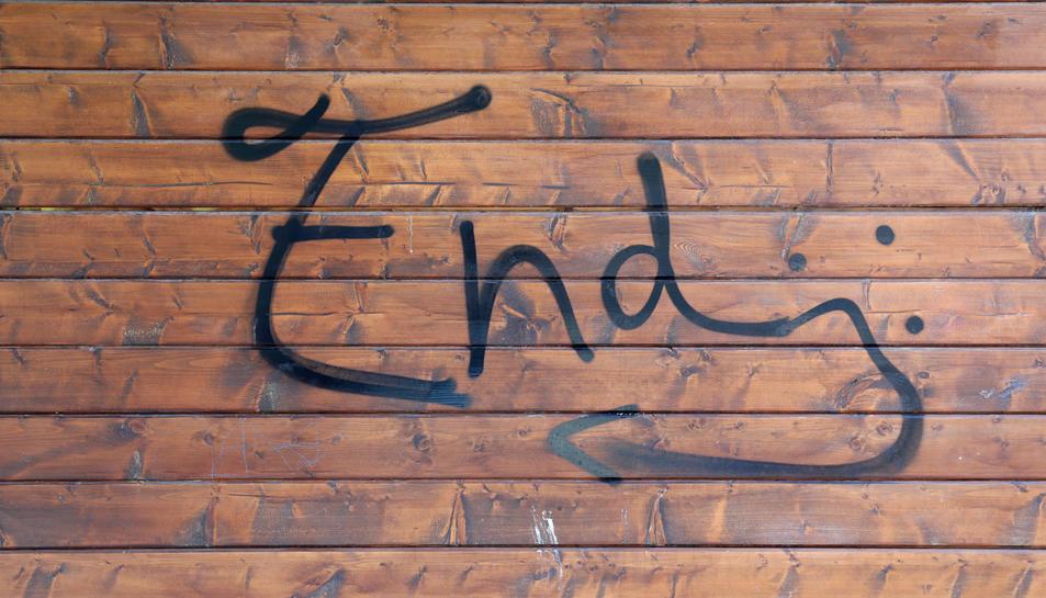 Detall del grafiti que han pintat a la paret de la guingueta.