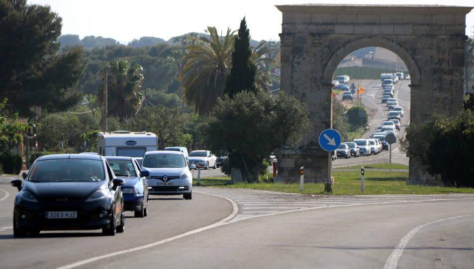 Imatge d'arxiu d'una cua de vehicles a l'N-340 vista a través de l'Arc de Berà, a Roda de Berà.