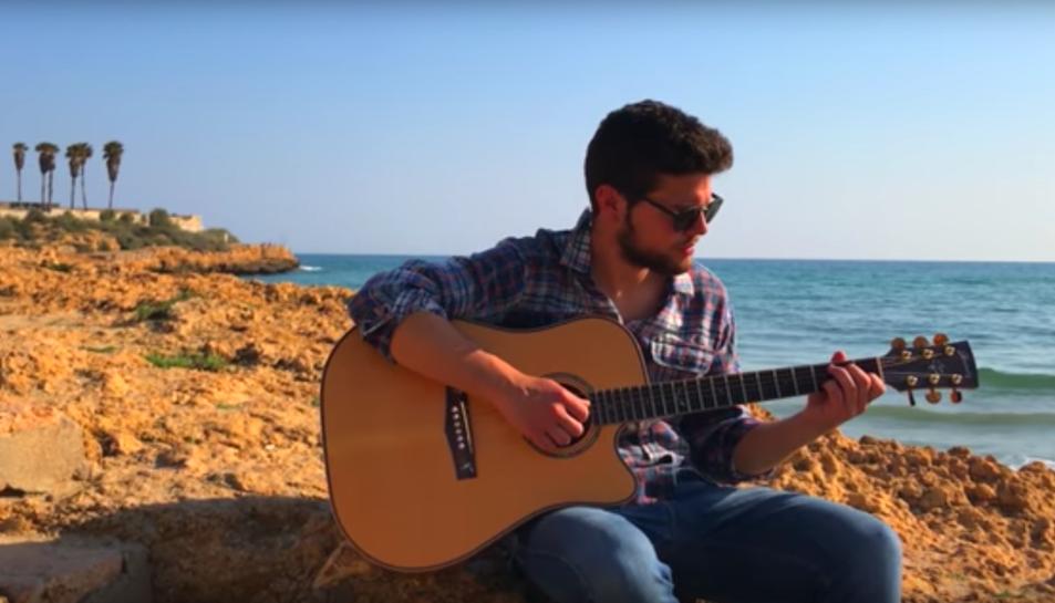 El jove italià a l'inici del videoclip, situat al Miracle.