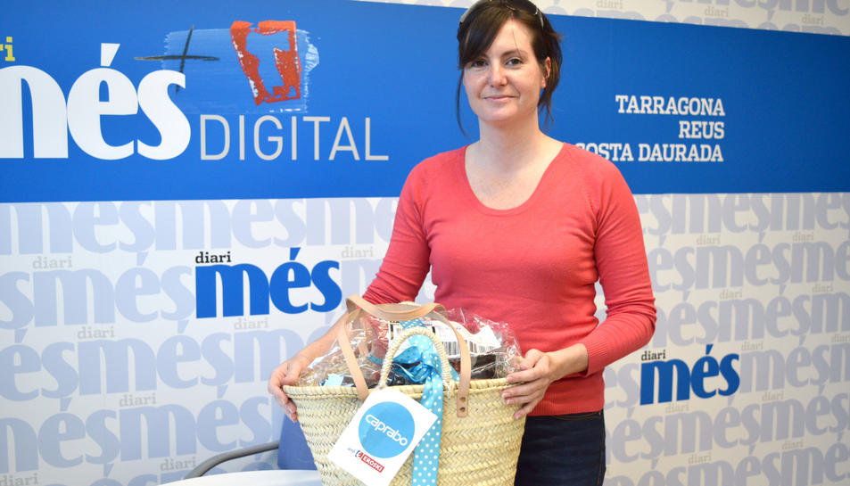 Anna Castelló amb la cistella de productes Caprabo.