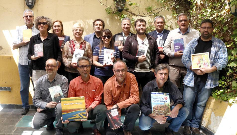 Fotografia de família dels autors tarragonins i ebrencs que presenten novetats per Sant Jordi amb el grup de Cossetània Edicions.