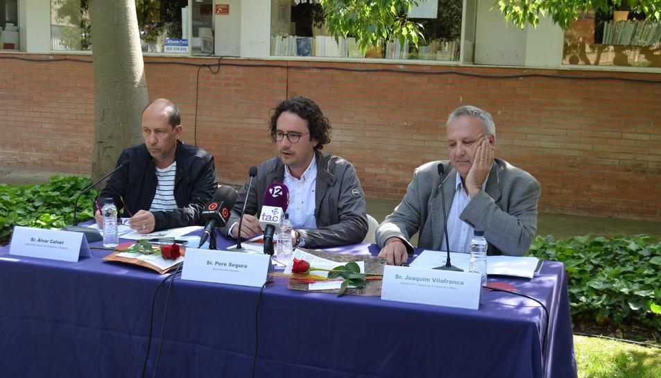 El regidor de cultura Pere Segura flanquejat per Àlvar Calvet i Joaquim Vilafranca, de les Escoles d'Art i Disseny de Reus i Tarragona.