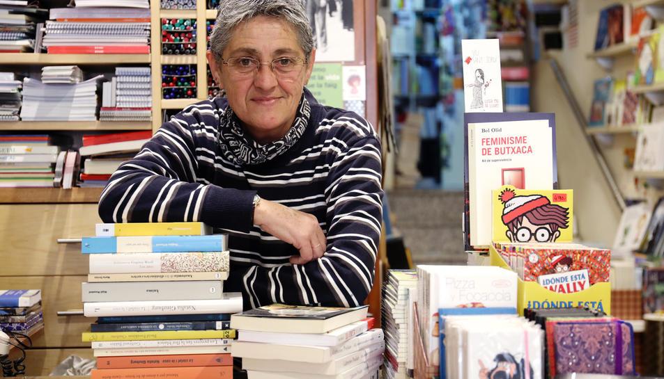 Júlia Secall, envoltada de llibre a la Llibreria Roca de Valls.