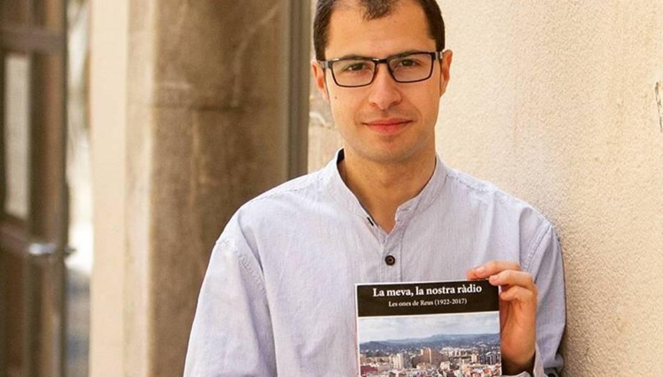 El periodista Albert Sunyol amb el llibre que acaba de publicar.