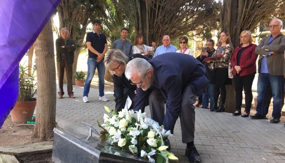 Martí Carnicer i Eva M. Serramià van posar una corona de flors en honor als homenatjats.