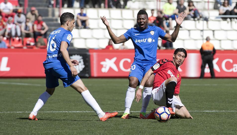 Suzuki, durant una acció del Nàstic Almeria al Nou Estadi, partit que va acabar amb derrota (0-1).