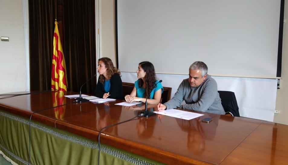 Laia Estrada, Eva Miquel i Jordi Martí, durant la roda de premsa celebrada a l'Ajuntament.