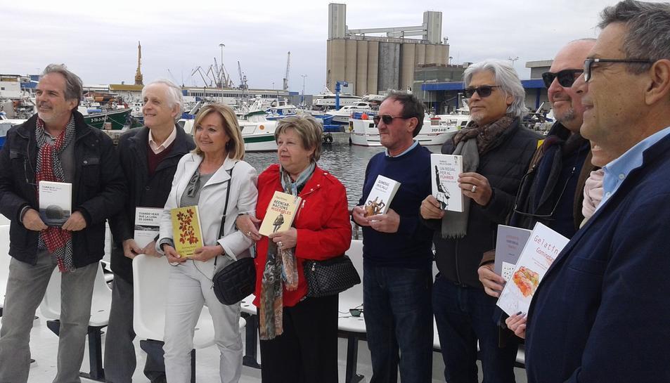 En primer terme, Alfred Arola, junt amb autors que han participat en la presentació.