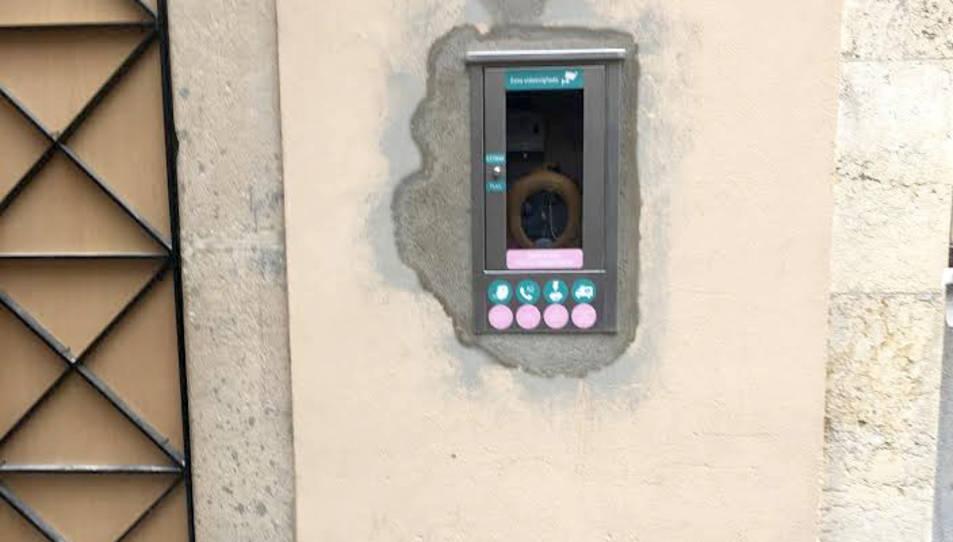 Un dels dos aparells instal·lats a la via pública a Montblanc.