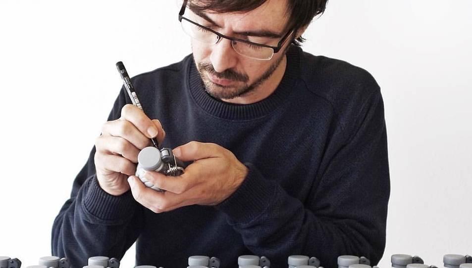 Emilio García pintant granades-cervell, que ven arreu del món.