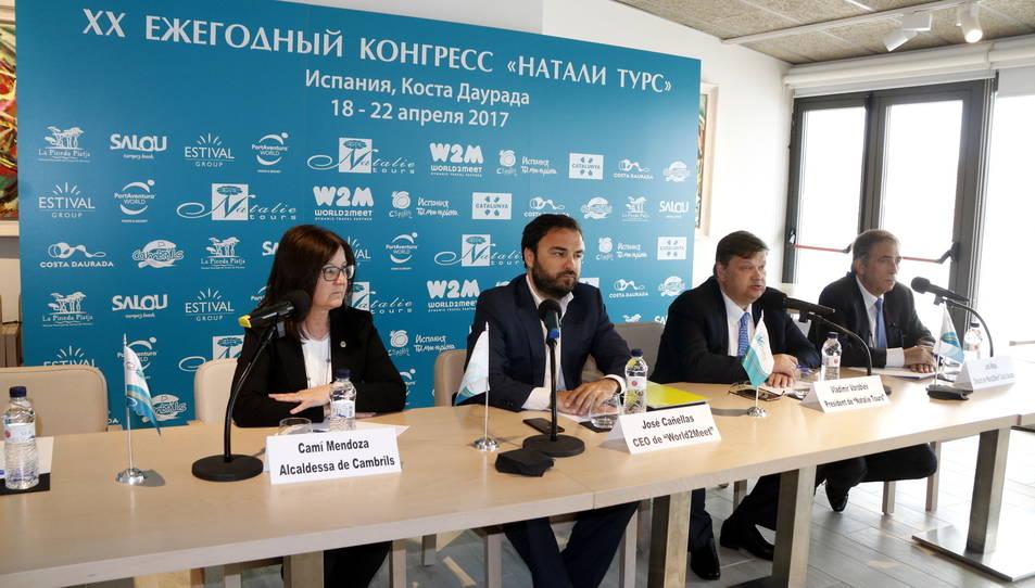 El president de Natalie Tours, Vladimir Vorobiev (segon per la dreta), intervenint en roda de premsa al costat dels responsables d'empreses receptores i de l'alcaldessa de Cambrils