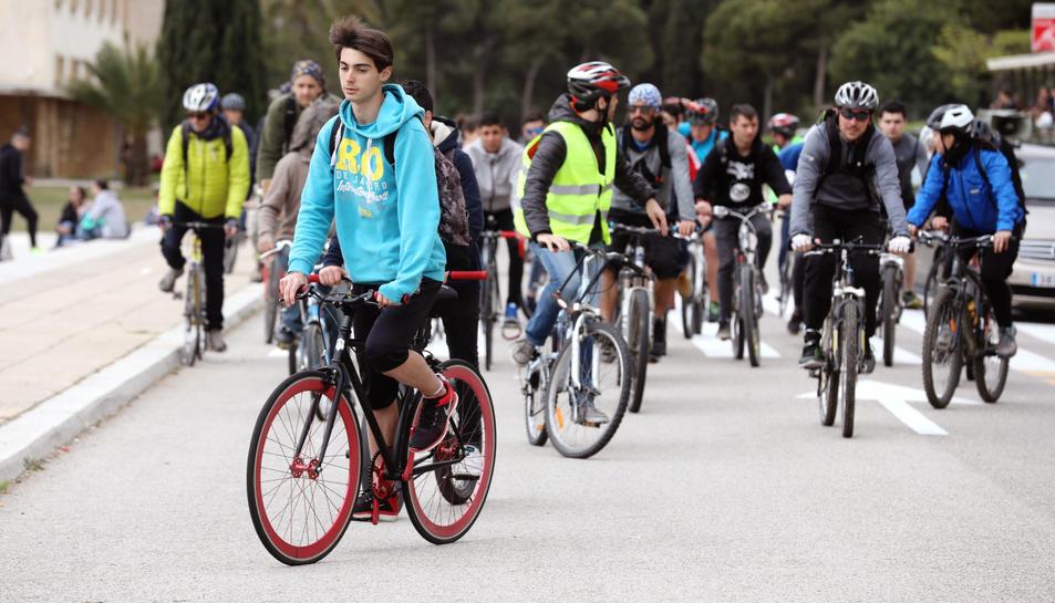 Alumnes dels instituts van participar a la pedalada.