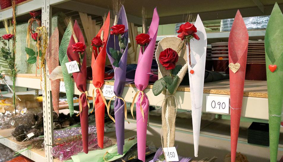 Diverses roses amb embolcalls de colors exposats a Mercabarna.
