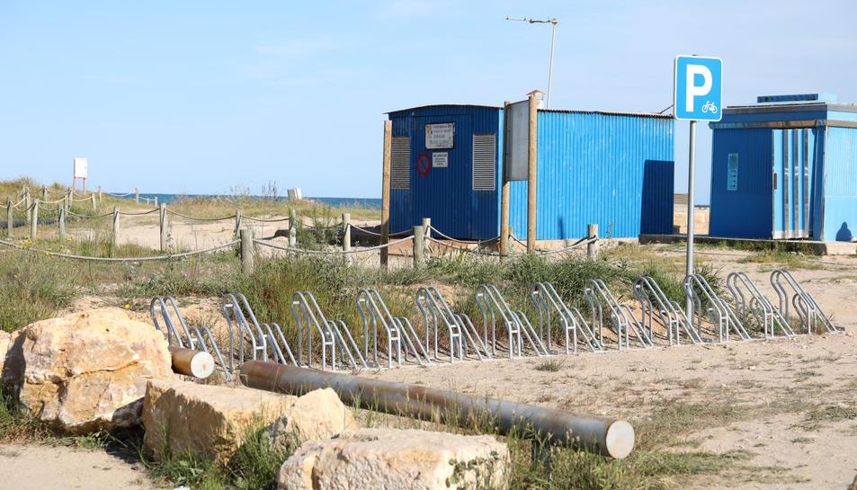 En imatge, l'aparcament habilitat per a bicicletes, que compta amb 25 places i està situat a l'esquerra del Club de Vela.