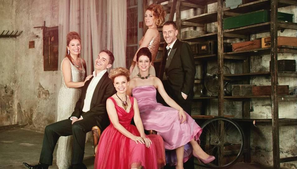 Imatge promocional dels sis actors que protagonitzen l'obra 'Els tres aniversaris', una producció de la Sala Trono que s'estrenarà en teatres de Tarragona, Valls i Reus i La Villarroel de Barcelona, en una imatge del 20 d'abril del 2017