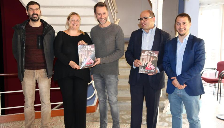 Jordi Prat, director de l'obra, junt amb els regidors de Cultura de Reus, Tarragona i Valls, i Joan Negrié de la sala Trono al centre de la imatge, mostrant el cartell d'Els tres aniversaris' al Metropol de Tarragona, el 20 d'abril del 2017