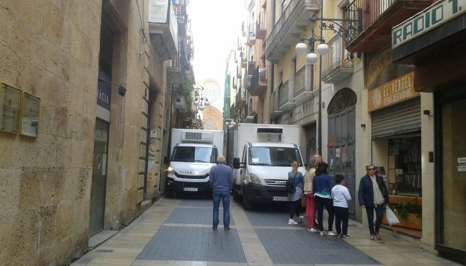 Els camions han barrat el pas als vianants.