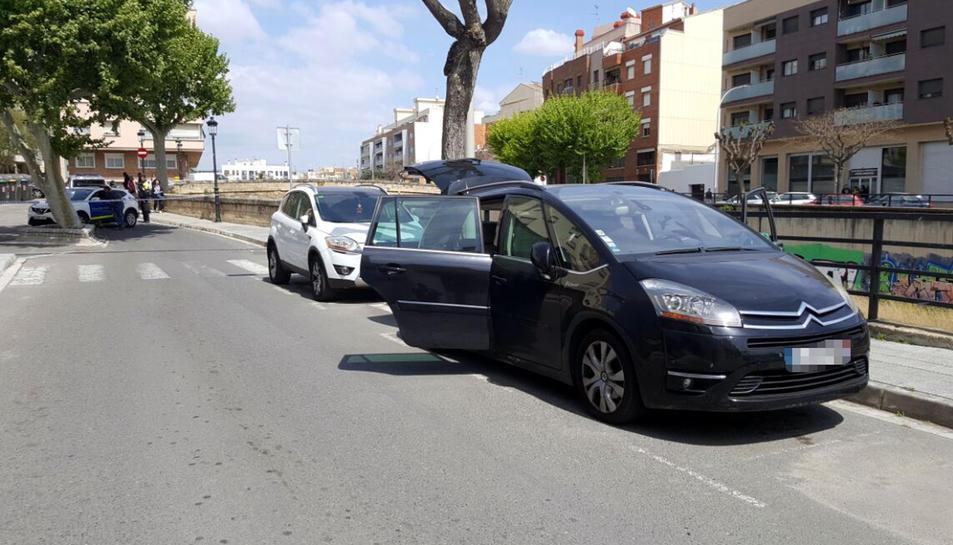 El vehicle acordonat pels Mossos d'Esquadra a la Riera de la Bisbal, al Vendrell.