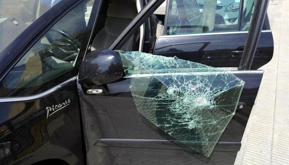 Detall del vidre trencat del vehicle sospitós, un cop inspeccionat pels Mossos d'Esquadra a la Riera de la Bisbal.