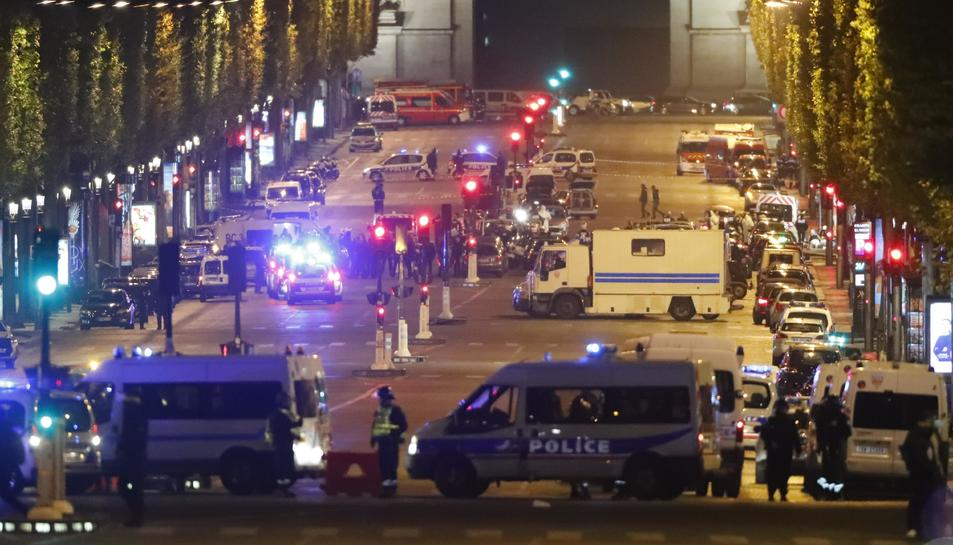 Oficials de la Policia francesa custodiant la zona després que es produís el tiroteig.