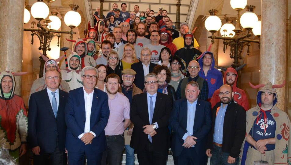 Fotografia de família de l'acte de presentació de la coordinadora, que agrupa colles de tot Catalunya.
